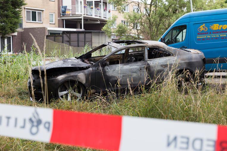 Op de Noordkaperweg bij een oprit naar de A10 is een uitgebrande zwarte Audi gevonden. Beeld ANP