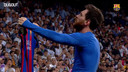 En 2017, Lionel Messi offre la victoire au Barça à Bernabeu dans le temps additionnel (2-3). Il célèbre son oeuvre avec un geste gravé dans la mémoire du Santiago-Bernabeu: il tend son maillot du bout des bras devant les supporters madrilènes hébétés, menton levé en signe de défiance.