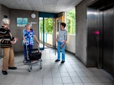 Winkelcentrum voor je deur, maar Wieke (85) kan er al twee weken alleen maar van 2-hoog naar kijken