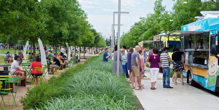 Veelzijdig Dallas: een batterij foodtrucks in het Klyde Warren Park dat over een snelweg is gebouwd. Beeld Theo Stielstra