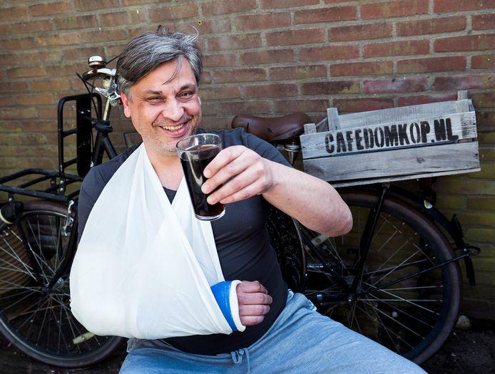 De terrassen mogen open, maar kroegbaas Wiljan de Jong van café Domkop zit met een gebroken arm thuis.