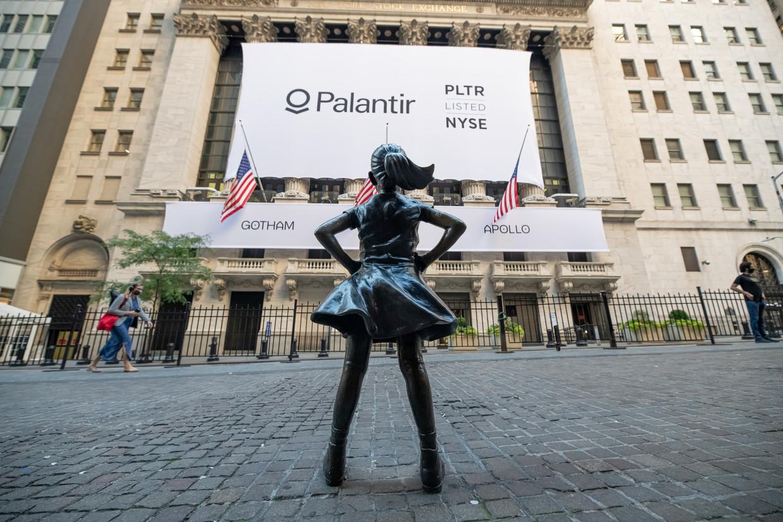 Het beeld 'Fearless Girl' van Kristen Visbal op het plein bij de New York Stock Exchange.  Beeld Getty Images