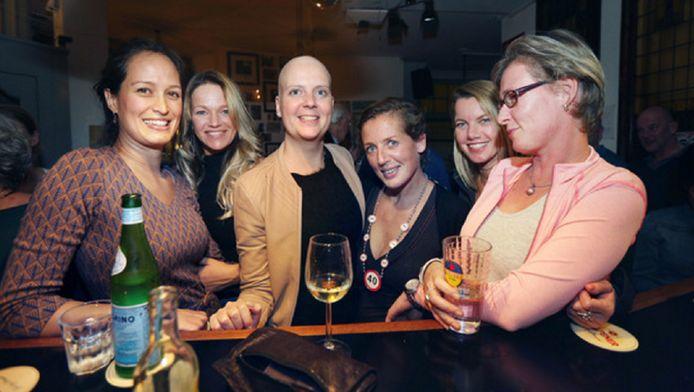 Annemieke (midden) is weer terug. ,,Ik kan zelfs gaan dansen met vriendinnen.''