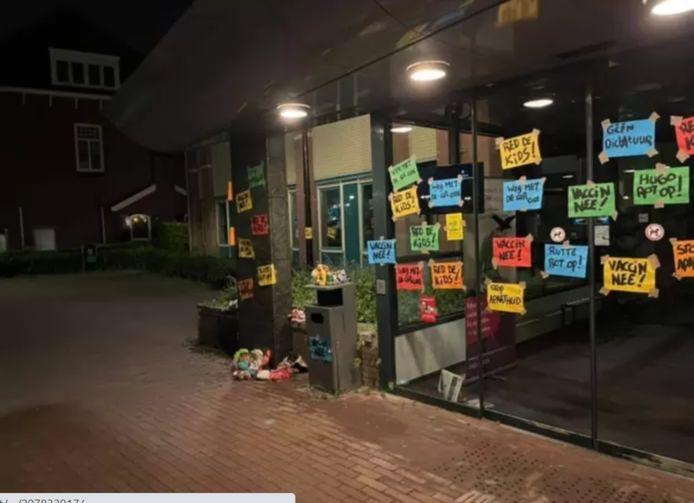 De voorpui van het gemeentehuis in Raamsdonksveer is volgeplakt met protestkreten tegen de coronamaatregelen.