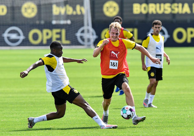 Moukoko gaat op training het duel aan met Julian Brandt.