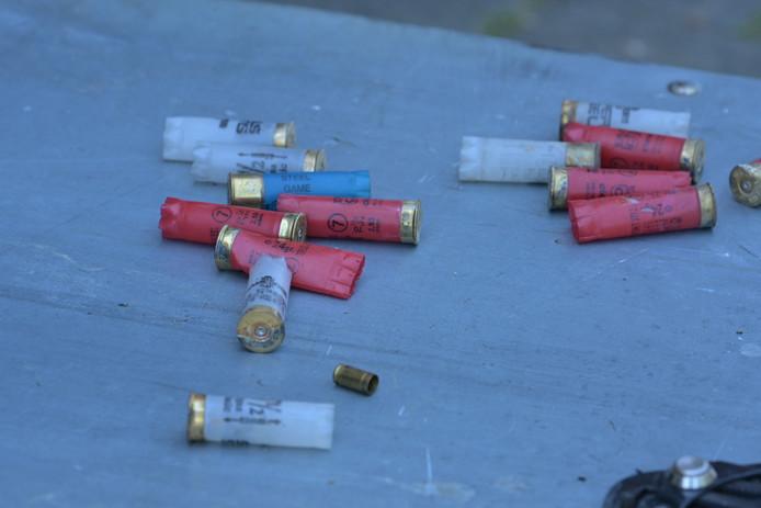Munitiepatronen die op straat lagen.