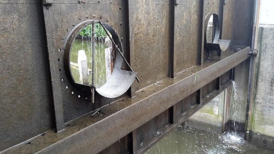 De bestaande openingen in de sluisdeur.