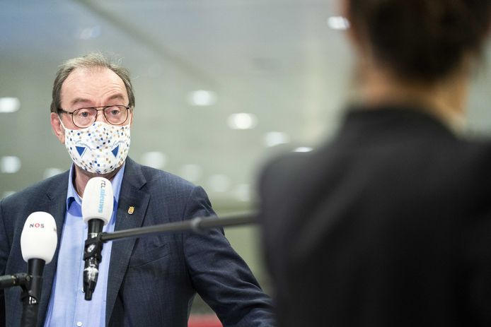 Burgemeester Jan Lonink van Terneuzen arriveert voor het Veiligheidsberaad.