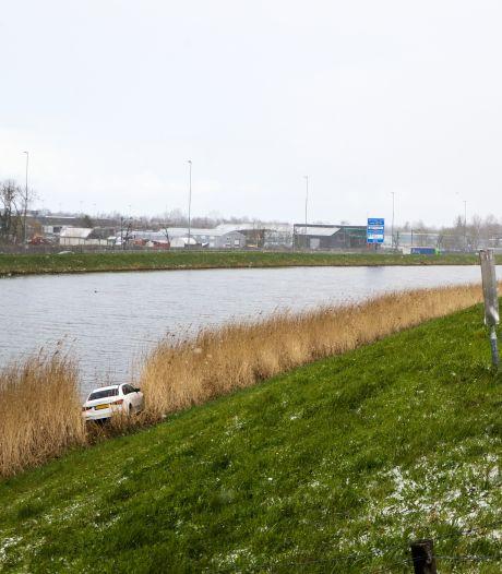 Auto raakt van de weg en belandt onderaan de dijk in Hardinxveld-Giessendam