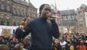 Akwasi tijdens zijn speech tijdens de Black Lives Matter-demonstratie op de Dam.