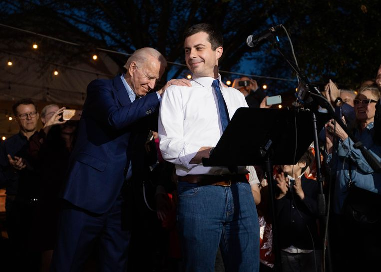 Biden (links) en Pete Buttigieg. Beeld AP