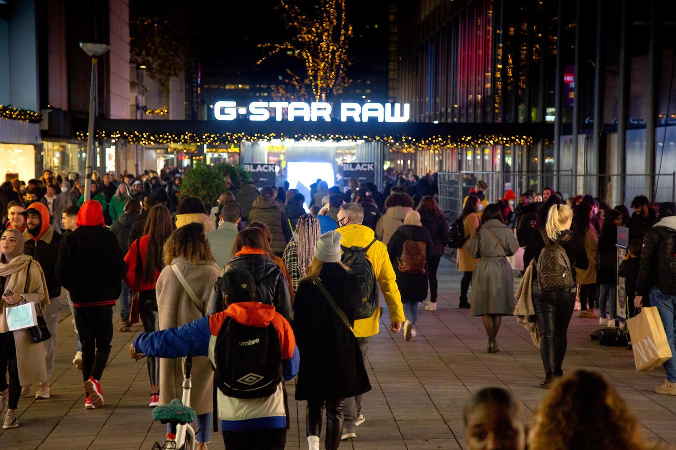 Het winkelend publiek verlaat de binnenstad.