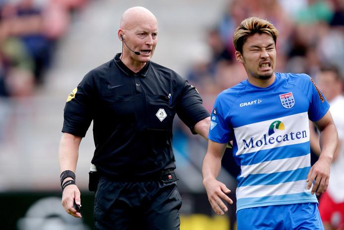 Yuta Nakayama met een pijnlijke grimas in het uitduel van PEC Zwolle met FC Utrecht. De volgende uitwedstrijd, bij Vitesse, mist de Japanse controleur vanwege een licht kwetsuur.