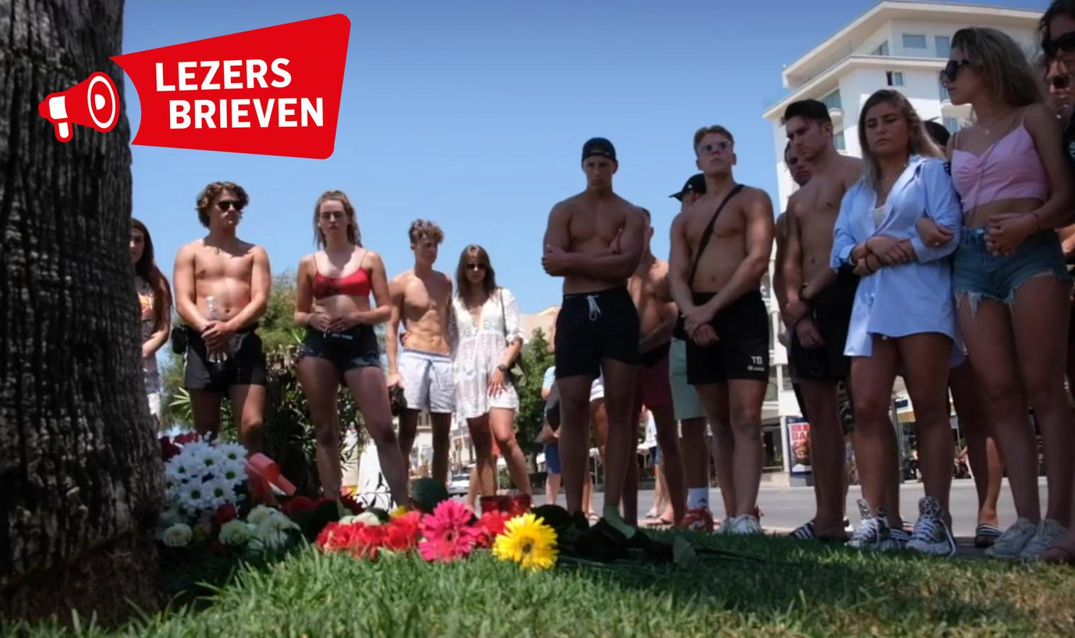 Jongeren leggen op Mallorca bloemen voor de overleden Carlo.