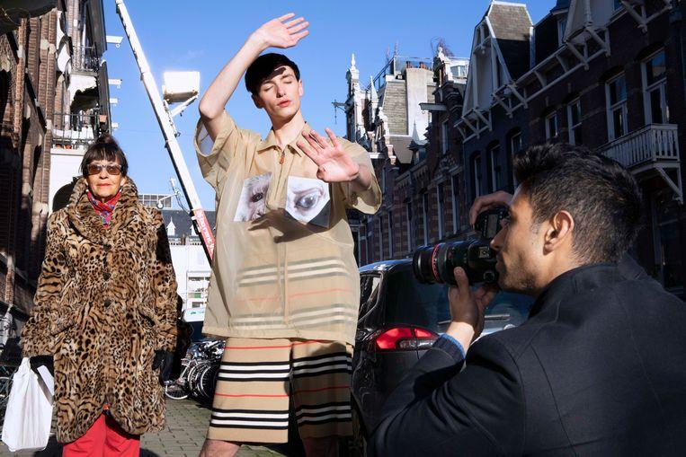 Oliver (19), fotograaf en modeblogger, werkt aan zijn modefoto's in Amsterdam. Beeld Martijn van de Griendt