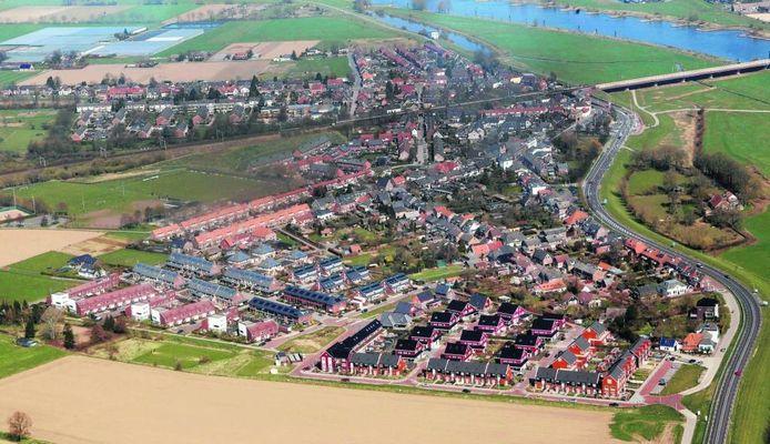 Vooraan ligt de Zutphense wijk De Teuge, waar alle 187 huishoudens waren aangesloten op één collectieve verwarmingsinstallatie. Met het systeem wordt centraal in de wijk warmte onttrokken aan water dat van grote diepte wordt opgepompt.
