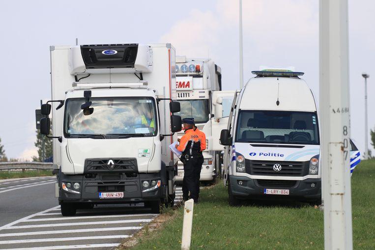 de politie controleerde donderdagmiddag opnieuw op zwaar doorgaand verkeer op de N450