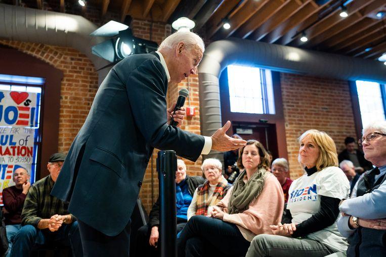 Democraat Joe Biden, hier op campagne in Newton, Iowa, is het geliefde mikpunt van president Trump. Beeld EPA