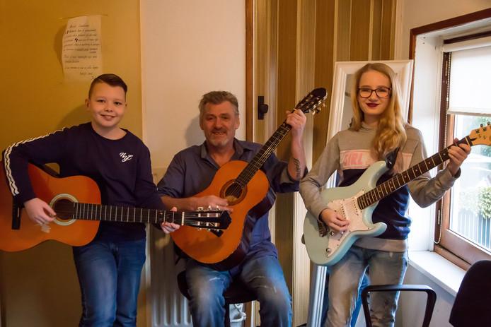 Muziekleraar Jack Rombouts wil zijn talentvolle leerling Keona van Broekhoven (12) een handje helpen met een muziekmiddag. Ook Daan Maas (11) treedt zondag op.