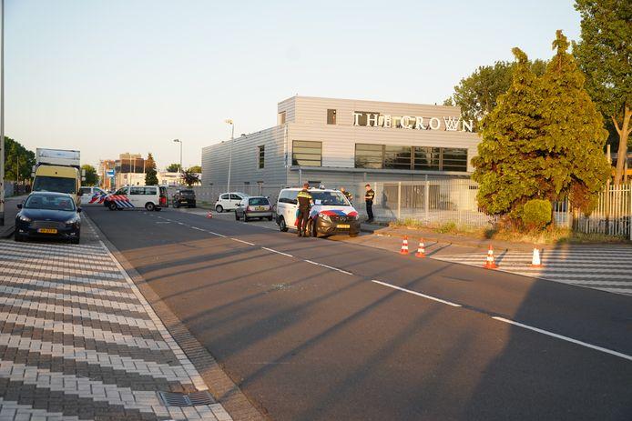 Rond 20.40, de avond was nog niet gevallen, schoten twee schutters vanuit geparkeerde auto's op elkaar.
