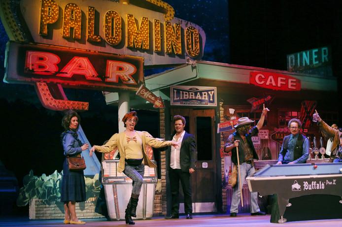 Bianca Krijgsman (midden) staat opnieuw met haar wederhelft Plien van Bennekom (links) op de planken. Nu in een musical, binnenkort weer met cabaret.