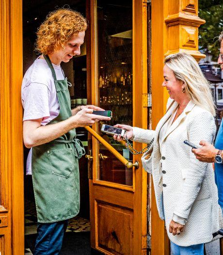 Invoering coronapas in Dordt verloopt goed: 'Maar onmogelijk om iemand standaard bij de deur te zetten'