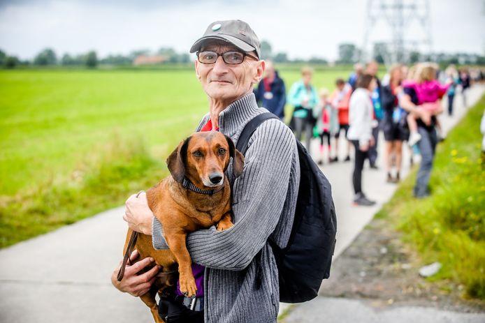 Thomas Junghanel met zijn hondje Kenzo op stap tijdens de Vierdaagse van de IJzer.