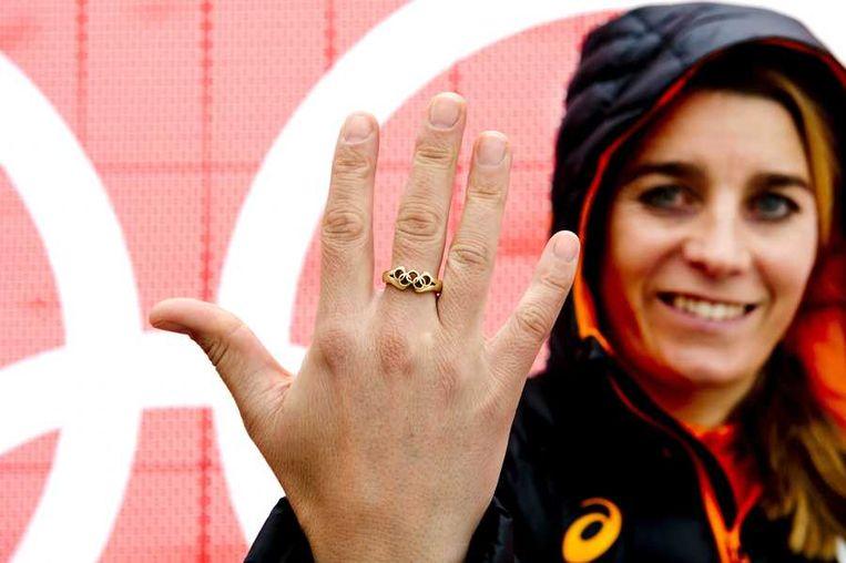 Nicolien Sauerbreij toont in Sotsji de gouden ring die ze heeft laten maken van het goud van haar gouden medaille die ze won in Vancouver Beeld anp