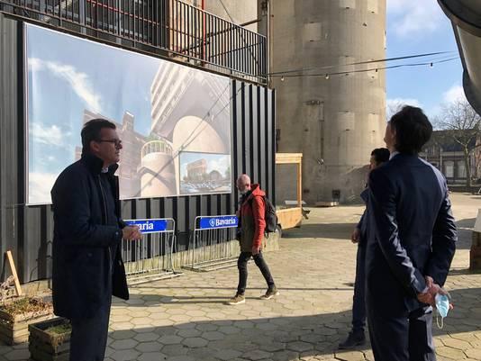 Stefan van de Ven geeft aan minister Wobke Hoekstra uitleg over de plannen voor een hotel bovenop de CHV-silo's.