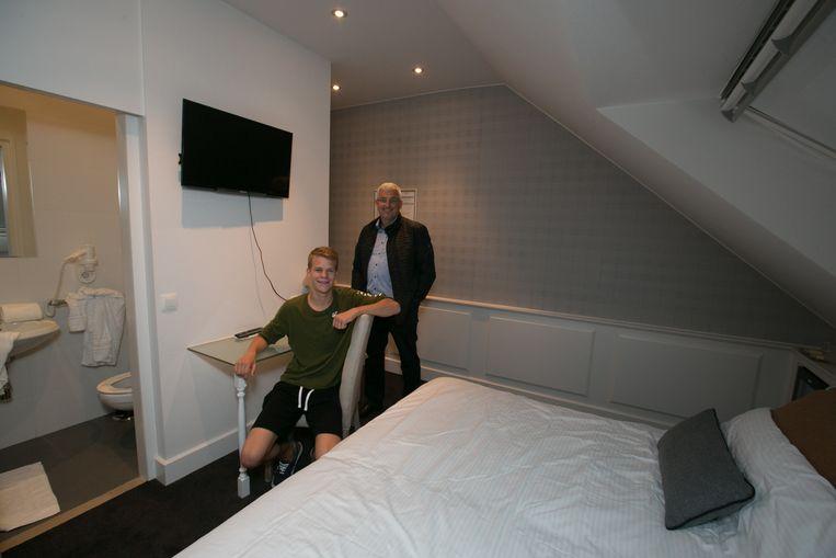 Voorzitter Bart Lammens met een jeugdspeler in een kamer van het sportinternaat.