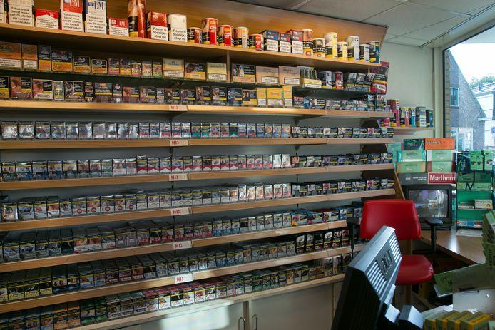 Verkoop van tabakswaren bij een tankstation. Nu nog in het zicht.