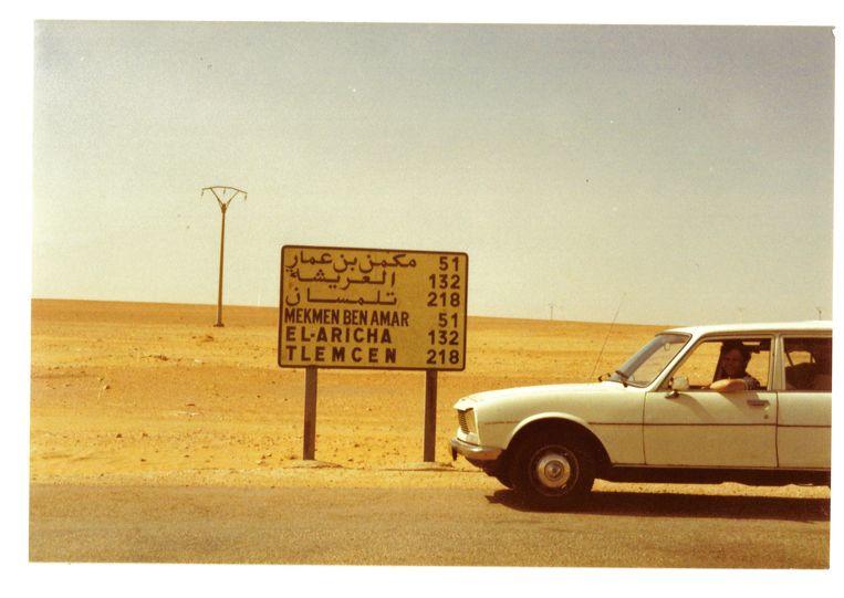 De witte Peugeot 504 break onderweg in Algerije. Beeld