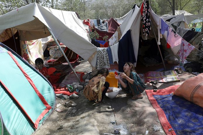 In Kaboel schuilen duizenden vluchtelingen uit de andere provincies in inderhaast opgetrokken tentenkampen.