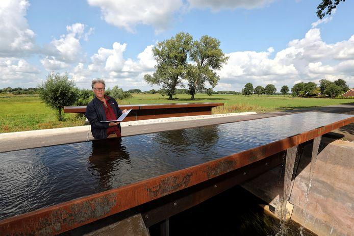Stadsdichter Eric van Deelen leest voor op de brug over de Oude Turfvaartsestraat Foto Chris van Klinken / Pix4Profs