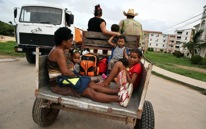 Een Cubaanse familie zoekt met paard en wagen een veilig heenkomen.