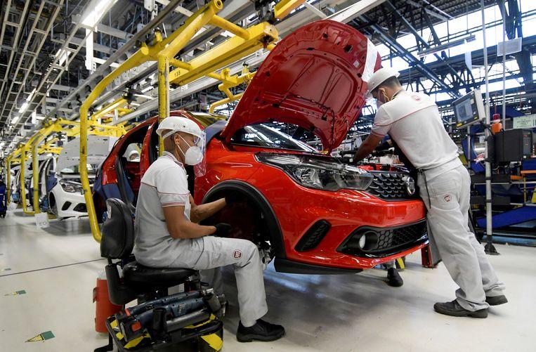 Werknemers van Fiat Chrysler in de fabriek in het Braziliaanse Betim.  Beeld REUTERS