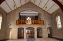 Vanaf de balustrade achter in de kerk verzorgde het Ollandse kerkkoor jarenlang de diensten in de Martinuskerk.
