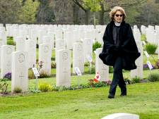 Prinses Margriet bezoekt foto-expositie op Canadese Begraafplaats: 'Dit is een kroon op ons werk'
