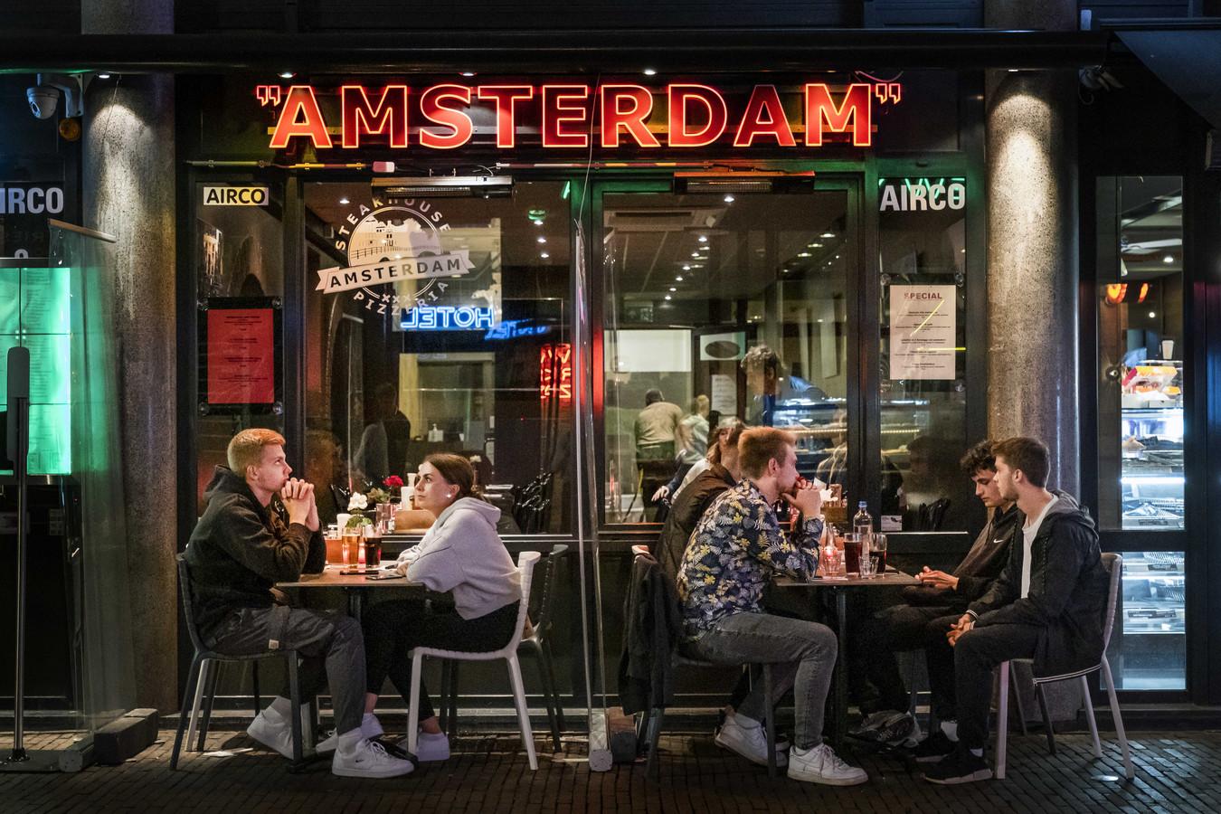 Horecazaken zouden om twaalf uur klanten moeten weigeren en een uur later moeten sluiten is het plan.