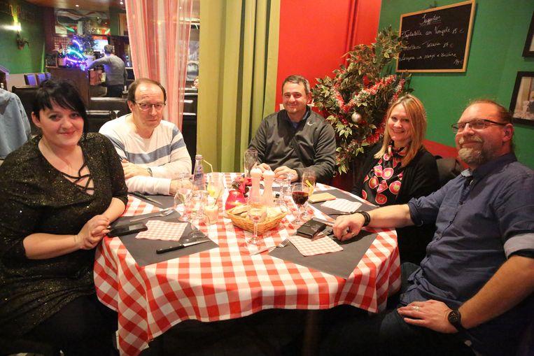 Bedelaar Angyal (centraal) met Daisy Lynch, Christian Laroche en Philip Demanet en zijn vrouw tijdens een etentje om kerst te vieren.