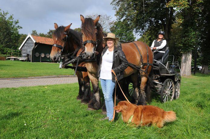 Anita Timmerman houdt de paarden Jef en Remy en hond Joep vast. Op de bok zit Angelique Roest.
