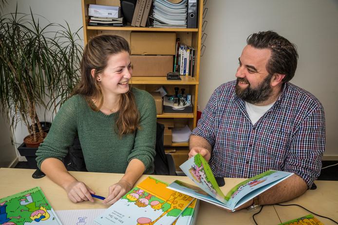 Bedenkster Janienke Souman uit Wezep en Wilfred Willemsen uit Hattem van uitgeverij Jupijn  nemen het boek nog even door.