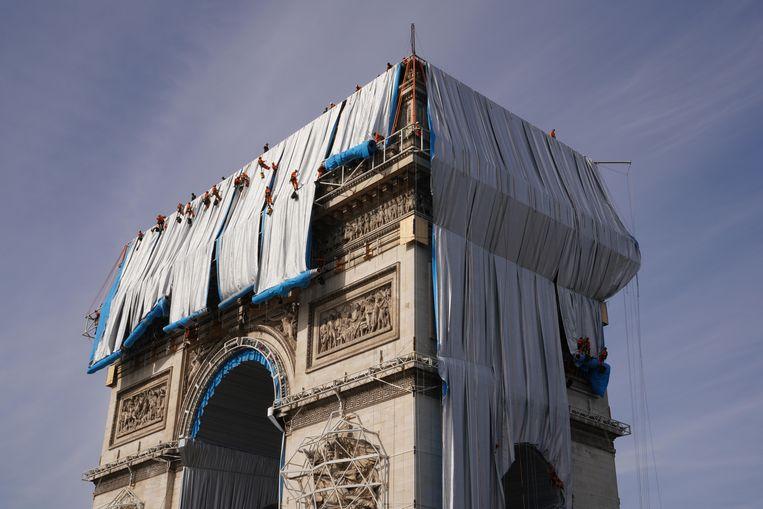 Eerder deze week brachten 95 bergbeklimmers de doeken aan over de Arc de Triomphe.  Beeld RV Matthias Koddenberg  2021 Christo and Jeanne-Claude Foundation
