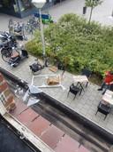 Volledig raamkozijn valt naar beneden op terras aan de Elckerlyclaan in Eindhoven. Niemand raakte gewond.