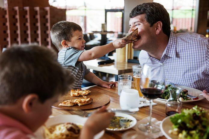 """Met de kinderen uit eten op vakantie: ,,Doe niet al te moeilijk."""""""