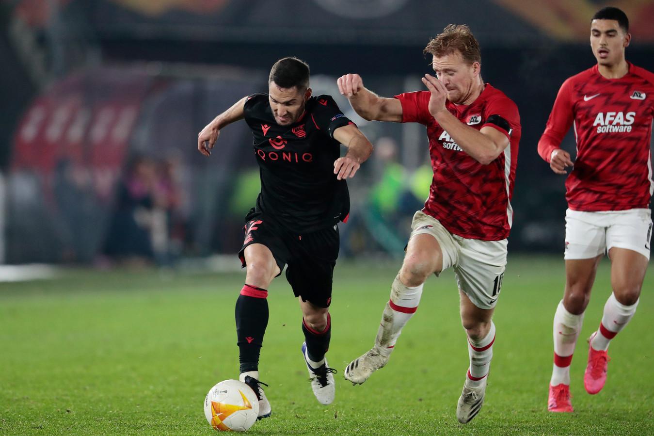 Dani de Wit probeert Joseba Zaldua van Real Sociedad af te stoppen.