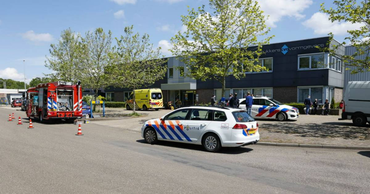 Gewonde bij ongeluk in drukkerij in Ede, hulpdiensten rukken massaal uit.