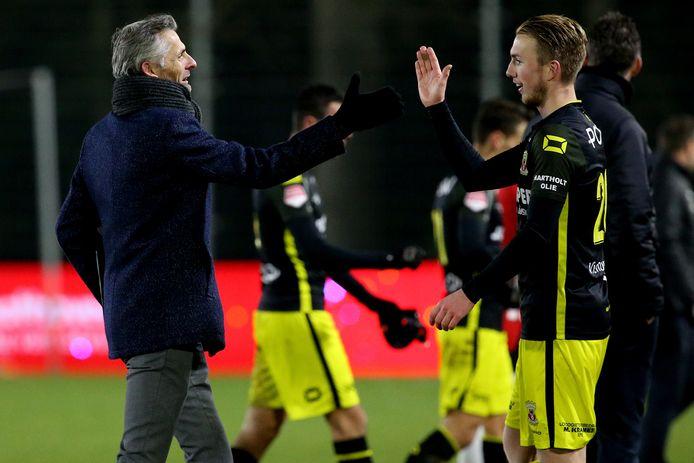 Kees van Wonderen is als trainer van Go Ahead Eagles blij met de zege op Jong PSV en zijn verdediger Justin Bakker