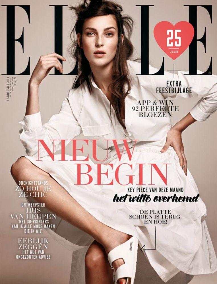Witte Birkenstock model Arizona aan de voet van model Julia Bergshoeff op de cover van de Nederlandse Elle, februari 2014. Beeld Barrie Hullegie
