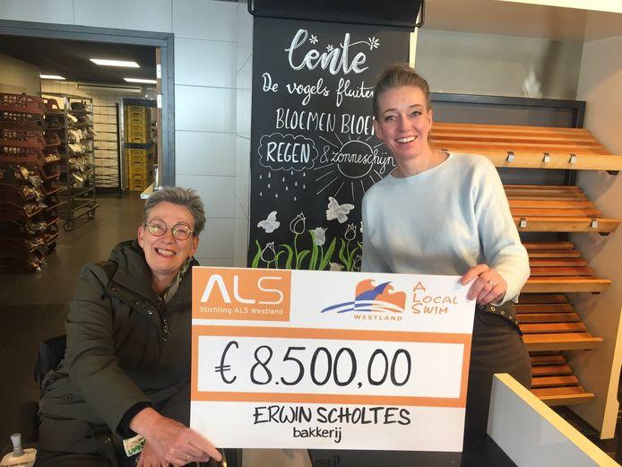 Jeanet van Holsteijn (links) krijgt een cheque van 8500 voor een medicijn tegen de spierziekte ALS uit handen van Marloes Scholtes van Bakkerij Scholtes in Honselersdijk.